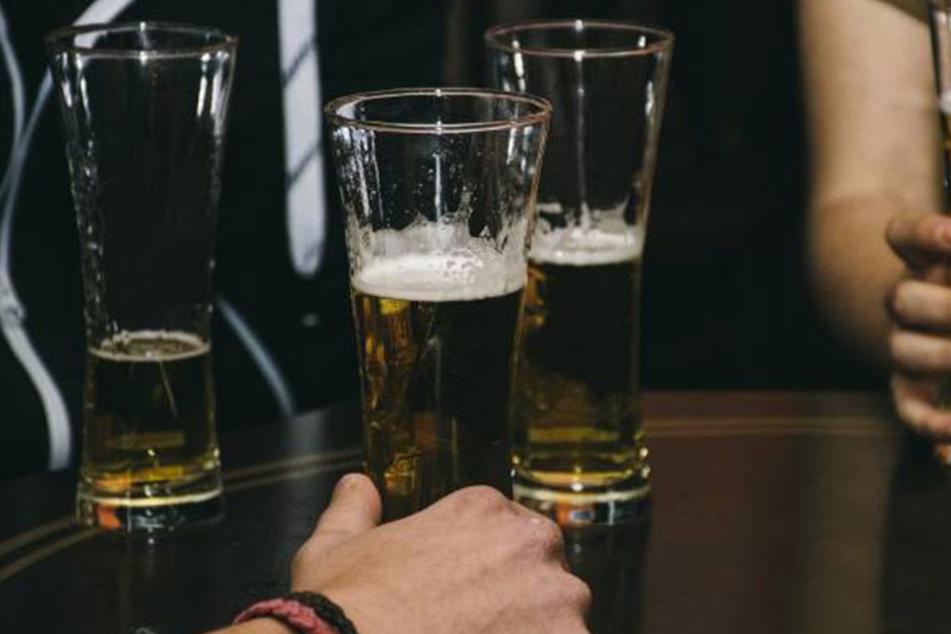 """""""Er wollte doch nur in Ruhe sein Bier trinken"""", die männlichen User verteidigen James' Verarsche."""