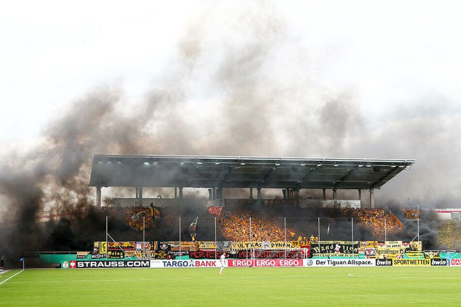 Für das Abbrennen von pyrotechnischen Gegenständen wurde Dynamo Dresden mit einer Geldstrafe von 4800 Euro vom DFB belegt.