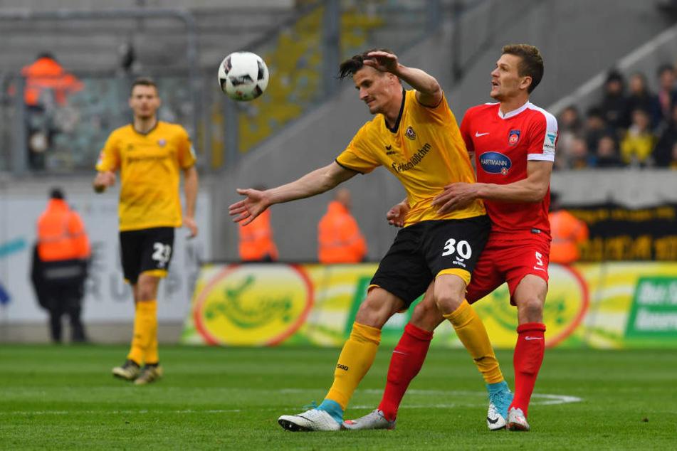Stefan Kutschke (li.) stand bei Mathias Wittek unter Dauerbewachung und das nicht immer regelkonform.