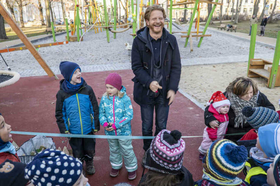 Baubürgermeister Michael Stötzer (47, Grüne) weihte gestern den neuen Spielplatz am Rosenplatz ein.