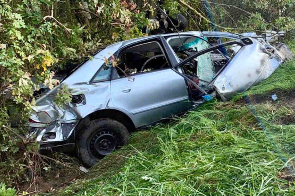 Von dem Auto blieb nach dem schrecklichen Verkehrsunfall nur ein Wrack übrig.
