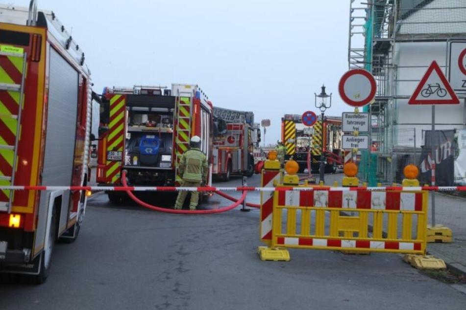Ein Großaufgebot der Feuerwehr kümmert sich um den Brand in der Tiefgarage.