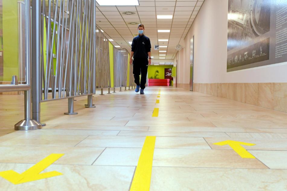 Für jedes Freibad wurde ein Hygienekonzept erarbeitet. Dazu gehört die Lenkung der Besucherströme - Klebestreifen am Boden weisen den Weg im Arnhold-Bad.