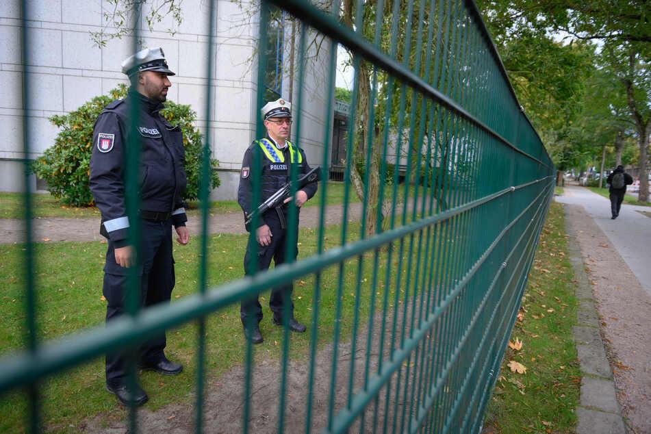 Polizisten stehen am Tag nach der Attacke vor der Hamburger Synagoge.