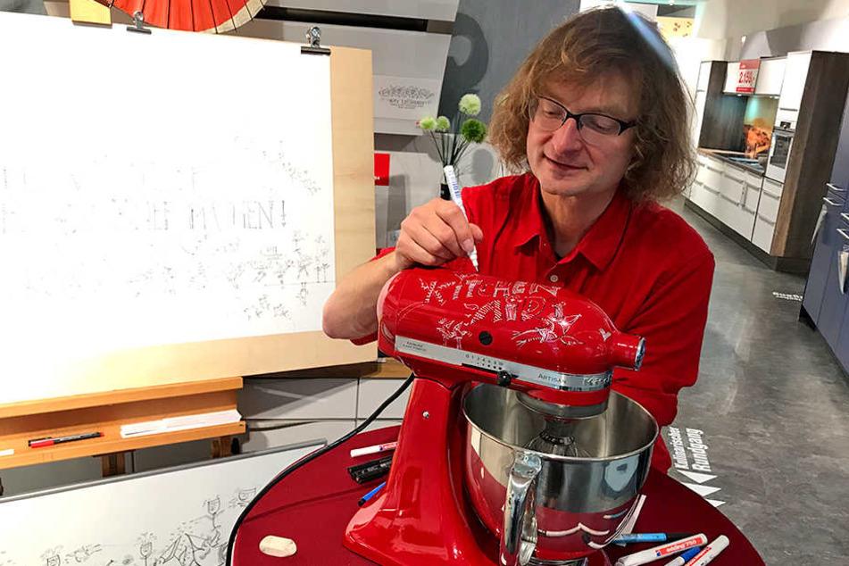 Kay Leonhardt beim Verzieren des Alleskönners von KitchenAid.
