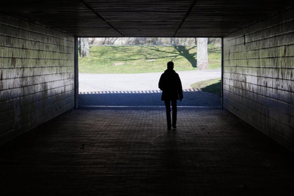16-Jährige sexuell belästigt! Unbekannter greift Schülerin im Tunnel an