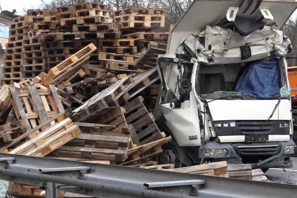 Das Foto zeigt den zertrümmerten Lastwagen auf der A67 in Südhessen.