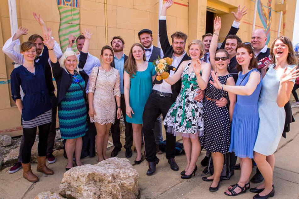 Nach dem Antrag feierte das Paar mit Freunden.