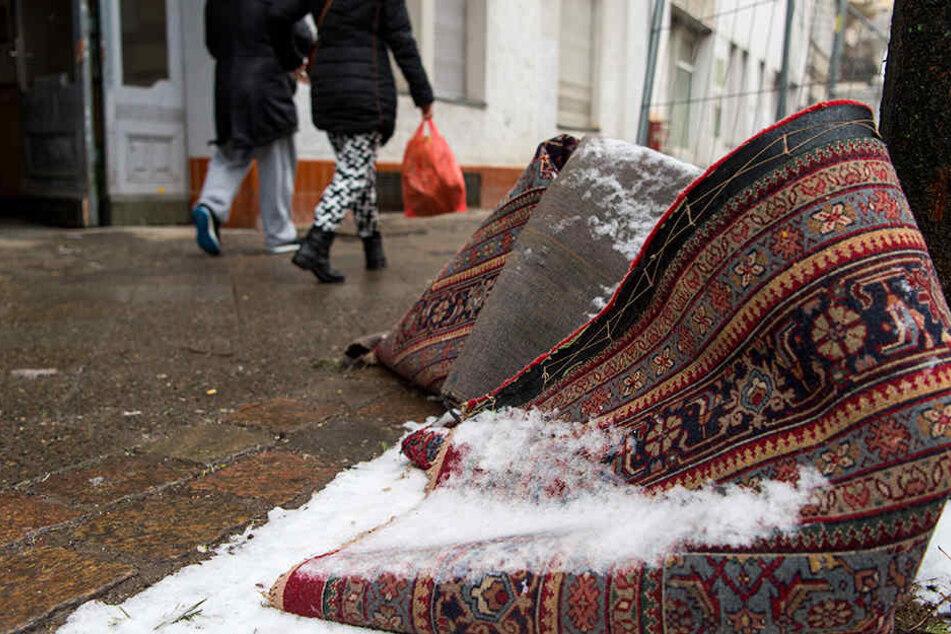 Der Müll wird einfach auf der Straße liegen gelassen. Aber Vorsicht: Nicht immer geht die Abholung mit rechten Dingen zu!