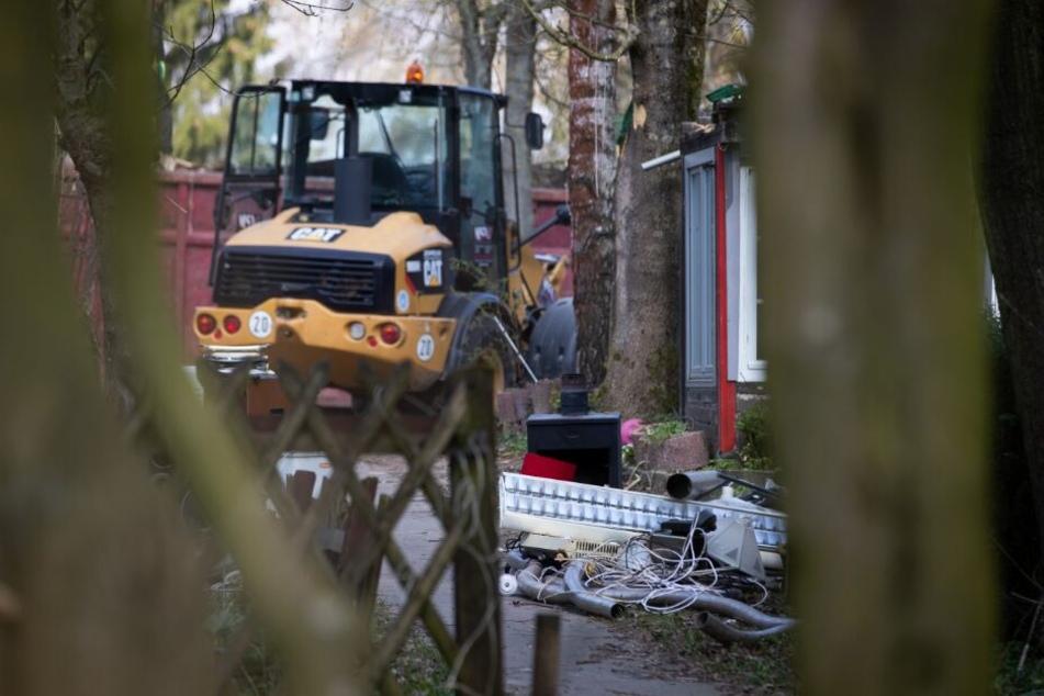 Schwere Baugeräte rückten an, um die Missbrauchs-Hütte einzureißen.