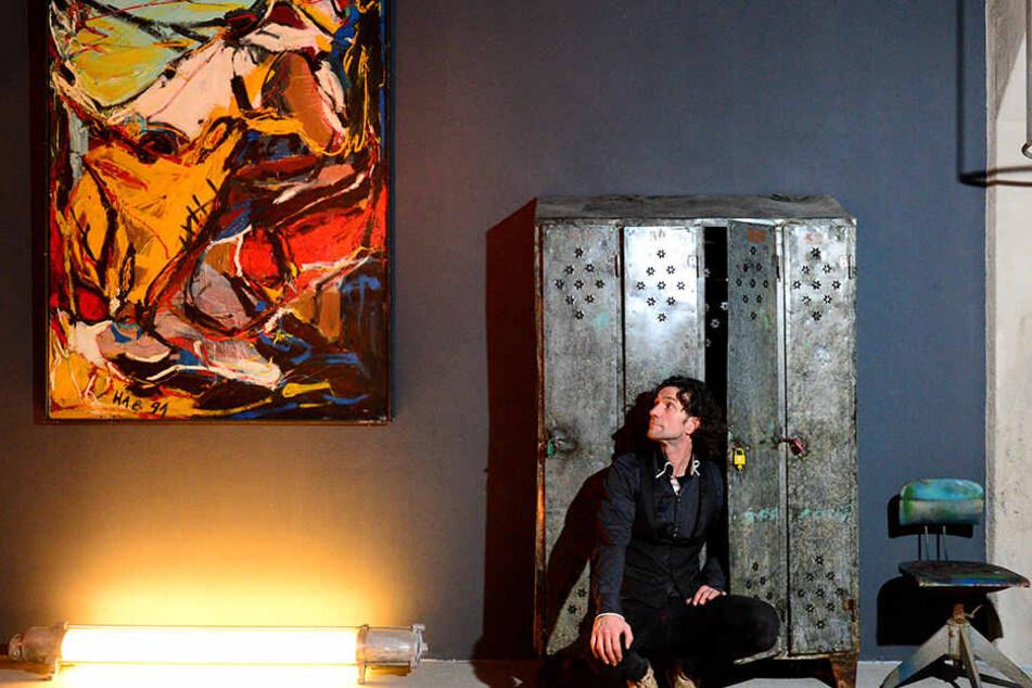 Da hängt moderne Kunst neben einem uralten Spind