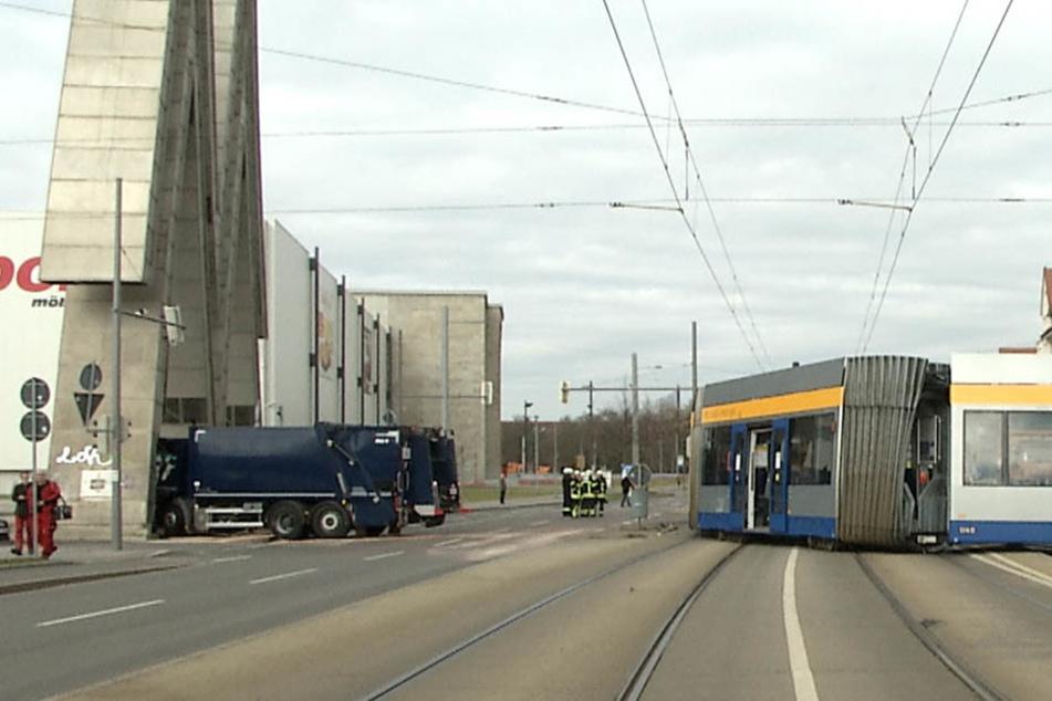 """Die Straßenbahn wurde durch den Aufprall aus den Schienen gehoben, der Müllwagen gegen das """"Doppel-M"""" geschleudert."""
