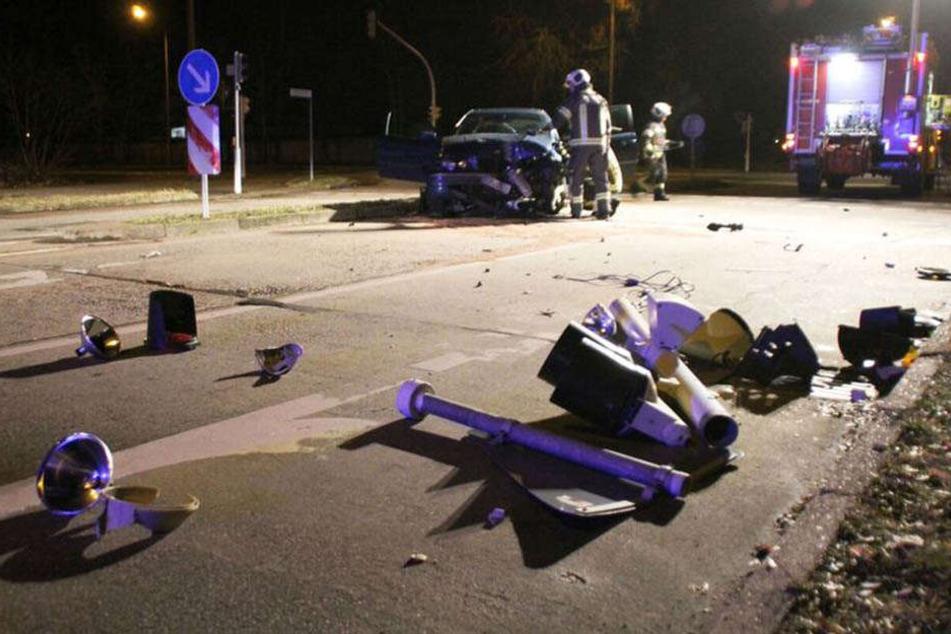 Bei diesem Unfall musste eine Ampel dran glauben.