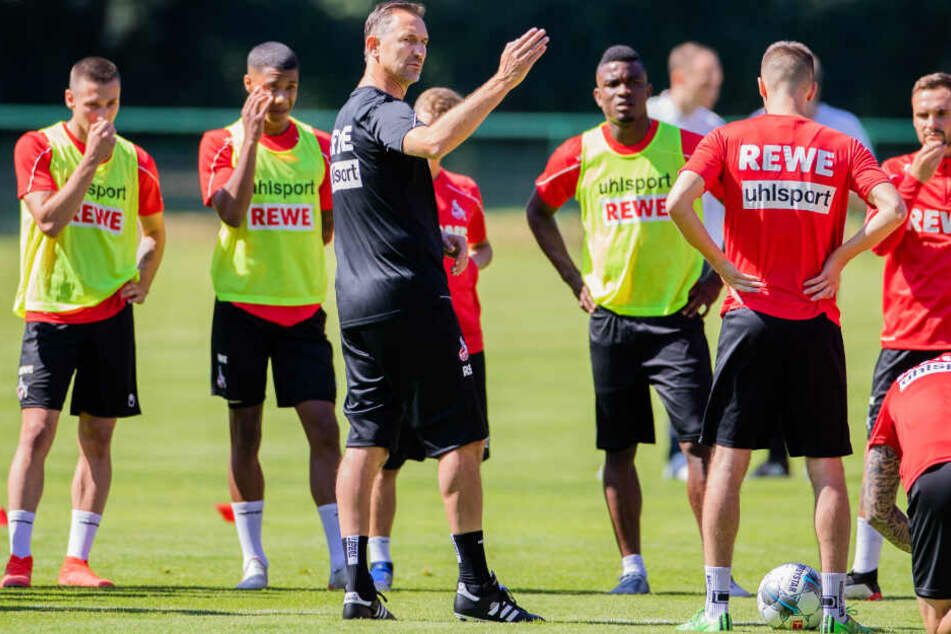 Beierlorzer beim Training mit der Mannschaft des 1. FC Köln.