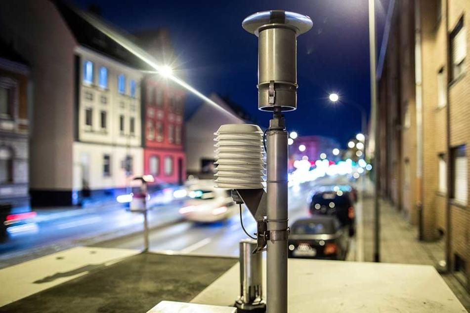 Mit solchen Messstationen wird die Feinstaubbelastung an viel befahrenen Straßen gemessen.
