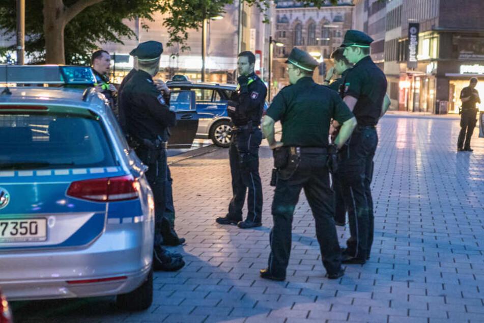 Polizisten stehen am Einsatzort in der Hamburger Innenstadt.