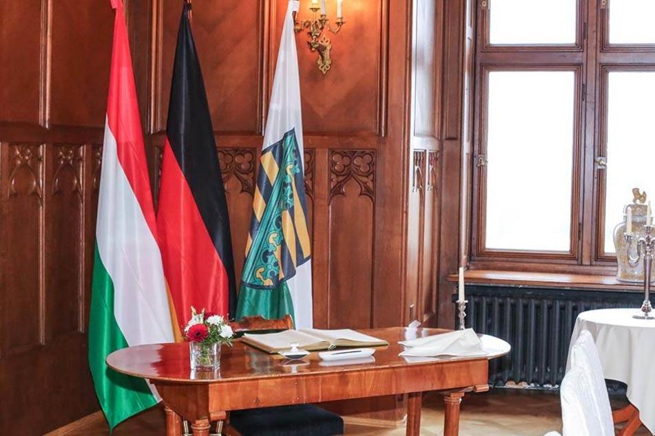 Erwischt: Victor Orbán (54, r.)  und Stanislaw Tillich (58) vor Schloss Eckberg (im Kreis). Links hinter Tillich  Frank Kupfer (55) und Matthias Rößler (62).