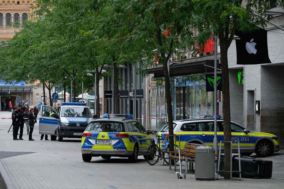 Ein Auto hat auf der Flucht vor der Polizei mitten in Hannover einen Fußgänger angefahren und tödlich verletzt.