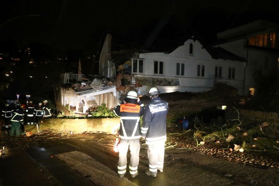 Eine Kastanie stürzte auf das Haus im Stadtteil Blankenese. Die Feuerwehr ist vor Ort im Einsatz.