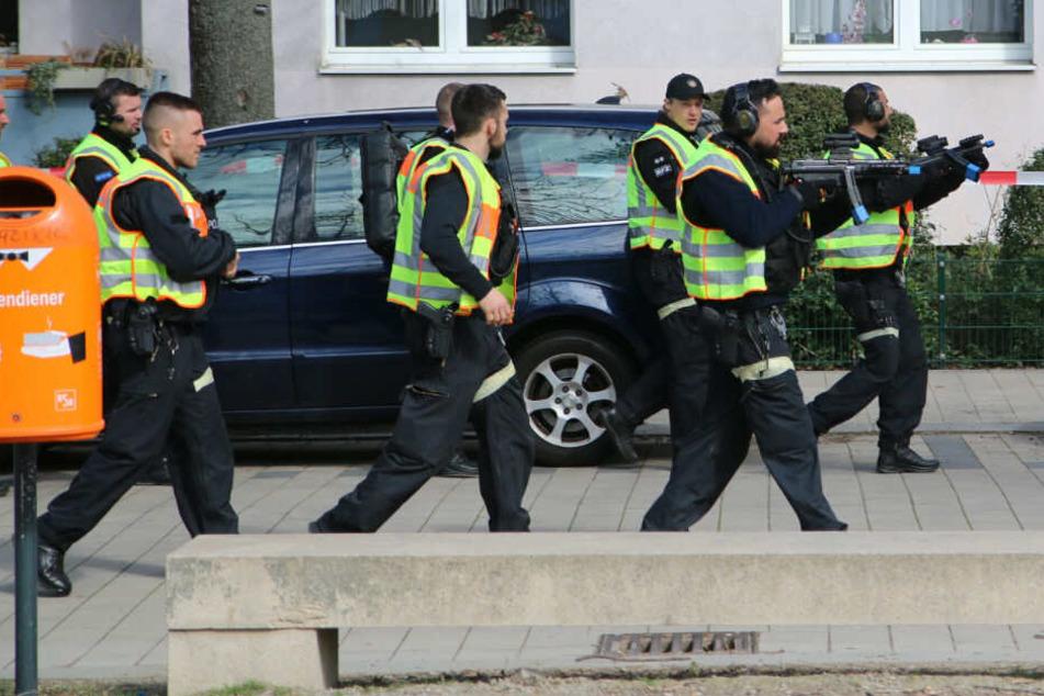 Schwer bewaffnete Polizisten simulierten einen Terror-Angriff in Steglitz.