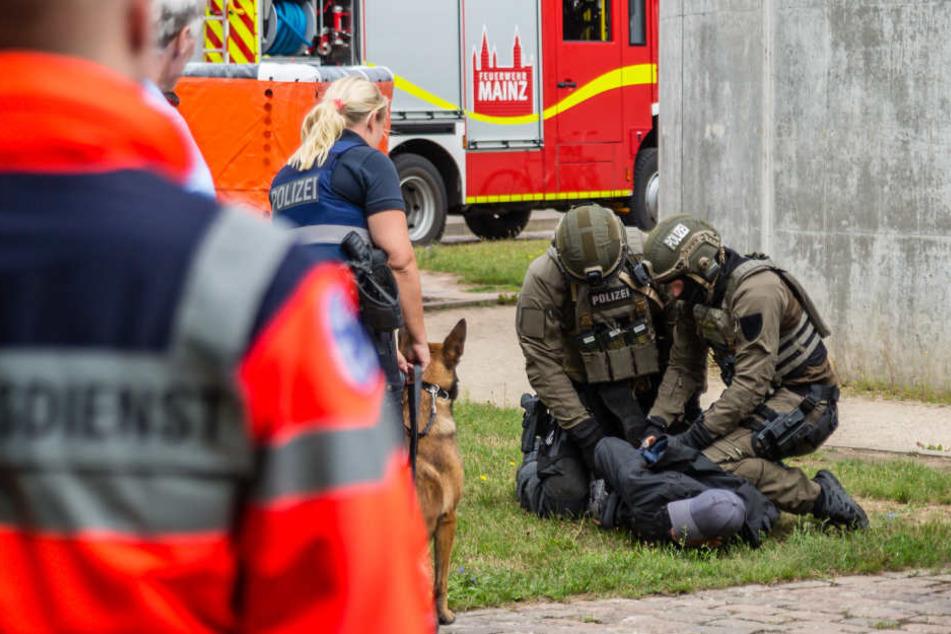 Drei Männer auf einem Dach lösen SEK-Einsatz aus