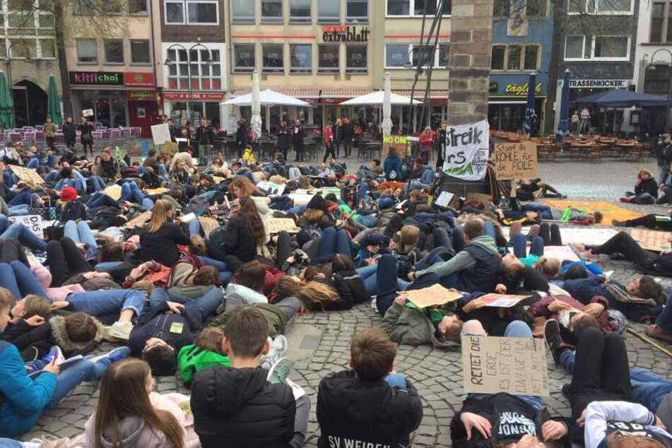 Liegender Protest mitten in Köln!
