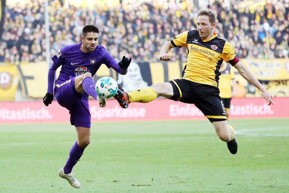 Aues Dimitrij Nazarov (l.) gegen Dynamos Marco Hartmann - das könnte eines der entscheidenden Duelle beim brisanten Sachsenderby werden.