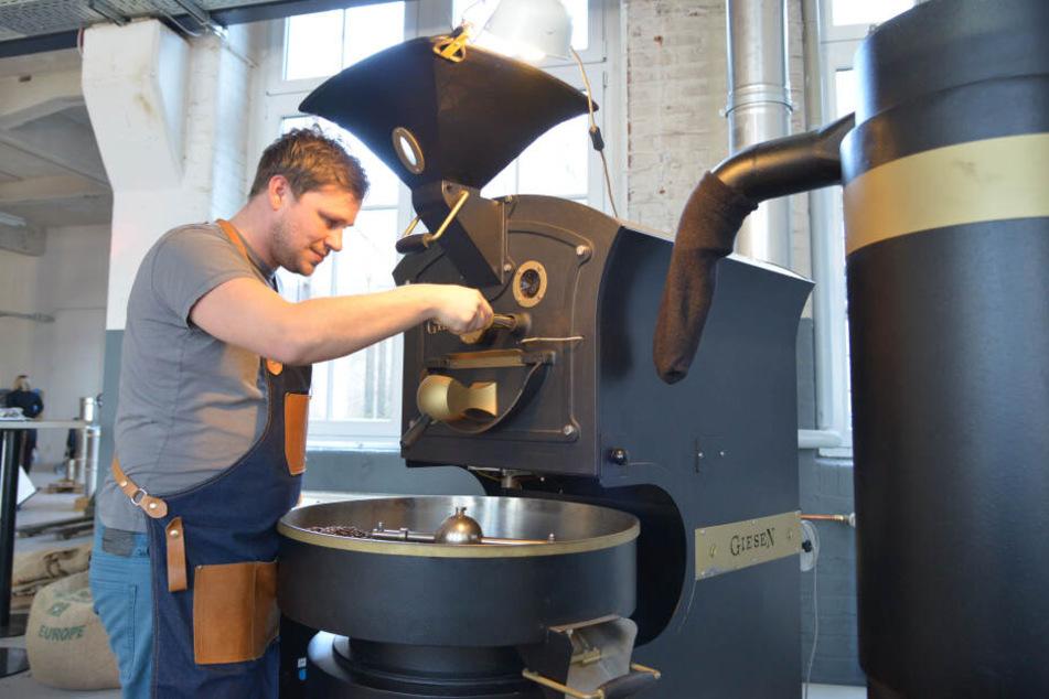 Kaffee vom Bohnenmeister: Matthias Dallinger (35) prüft die Qualität am Röstofen.
