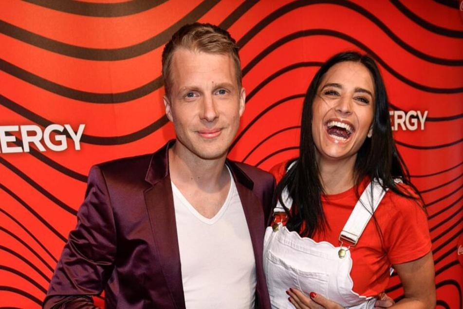 Oliver Pocher (41) und seine Freundin Amira (26) in Plauderlaune auf einer Party in Hamburg.