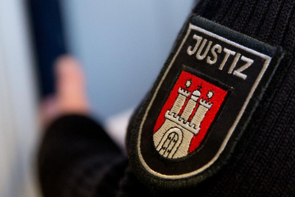 Ein Justizbeamter steht vor einem Gerichtssaal im Hamburger Strafjustizgebäude (Symbolbild).