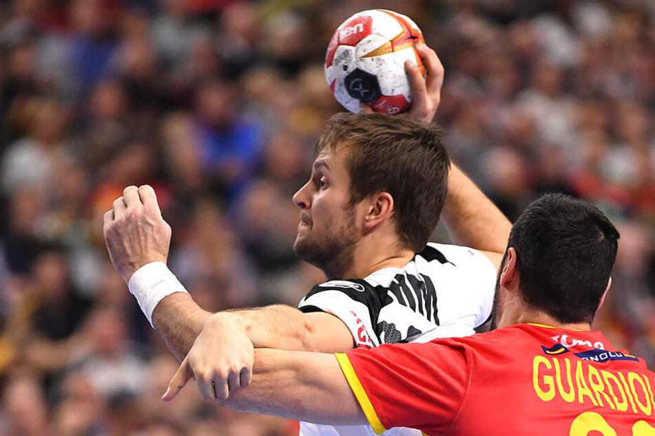 Florian Böhm kann von den Spaniern kaum am Wurf gehindert werden.