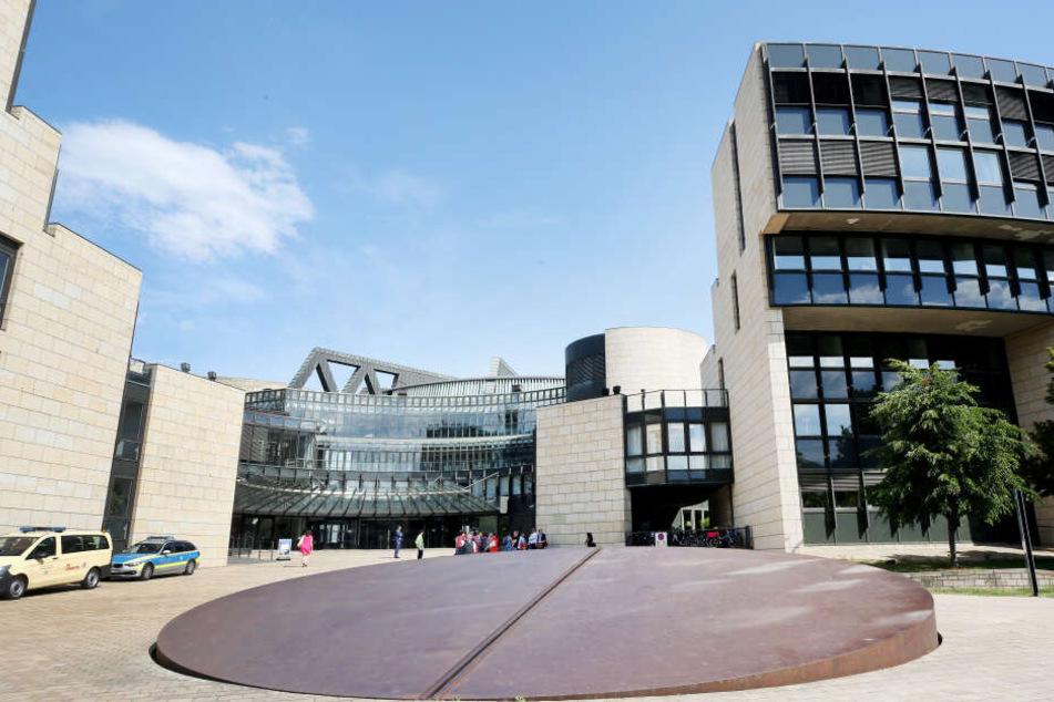 Das Foto zeigt den Vorplatz zum Landtag.