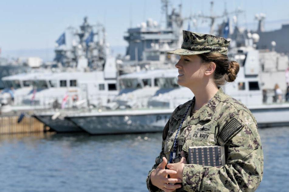 Leutnant Mary Walsh von der US Navy wartet in Kiel auf den Beginn der Nato-Übung.