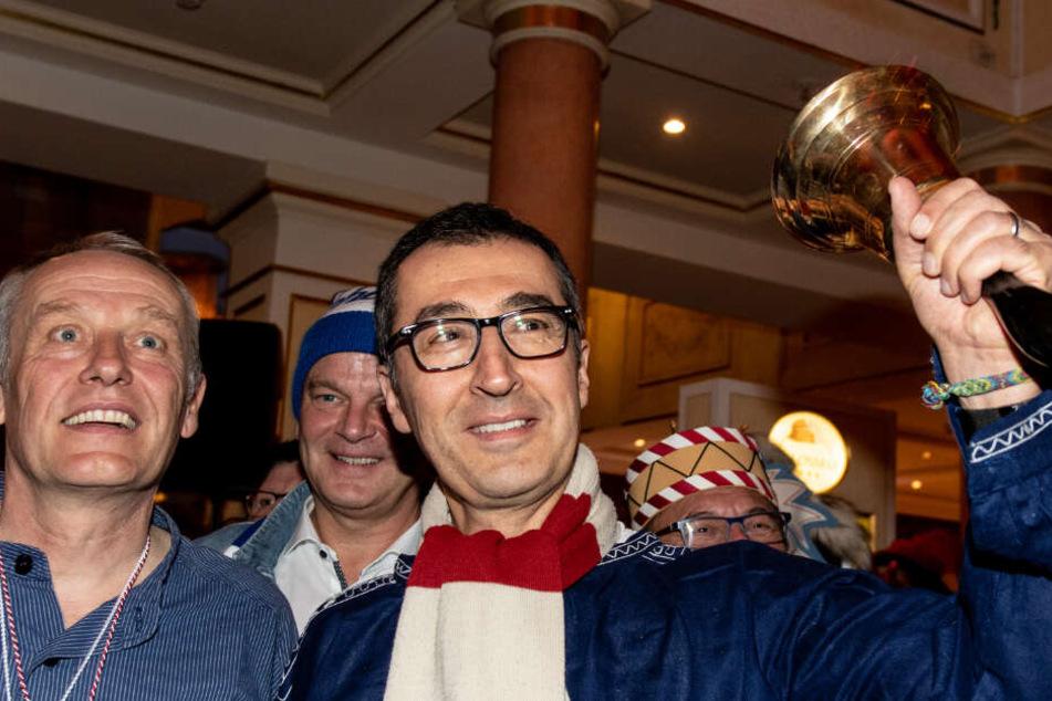 Fußballtrainer Christian Streich (links) mit dem Letztjährigen Narrenschellenträger Cem Özdemir.