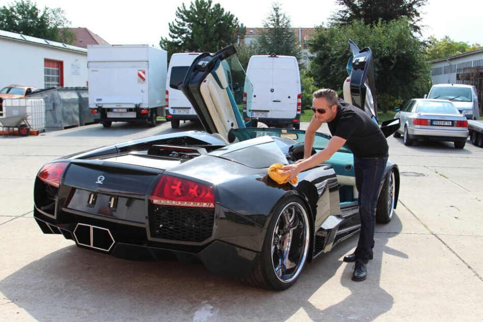 Der letzte Schliff mit dem Putztuch: Vier Jahre Arbeit hat Sebastian Schwibs in die Veredlung des Lamborghini gesteckt.