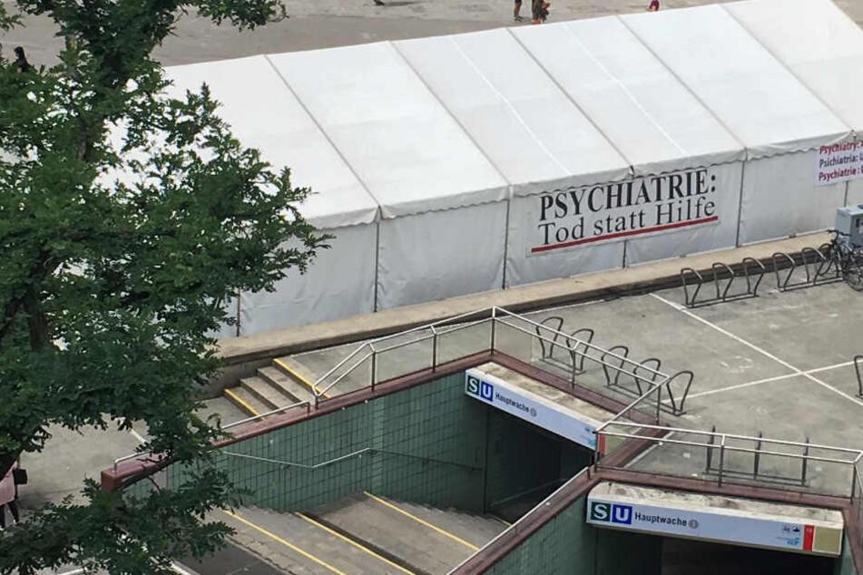 Das Ausstellungszelt steht unübersehbar auf der Frankfurter Hauptwache.