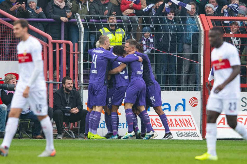 Osnabrücks Spieler Lukas Gugganig (l-r), Felix Agu, Ulrich Taffertshofer und Etienne Amenyido bejubeln das Tor zum 1:0.