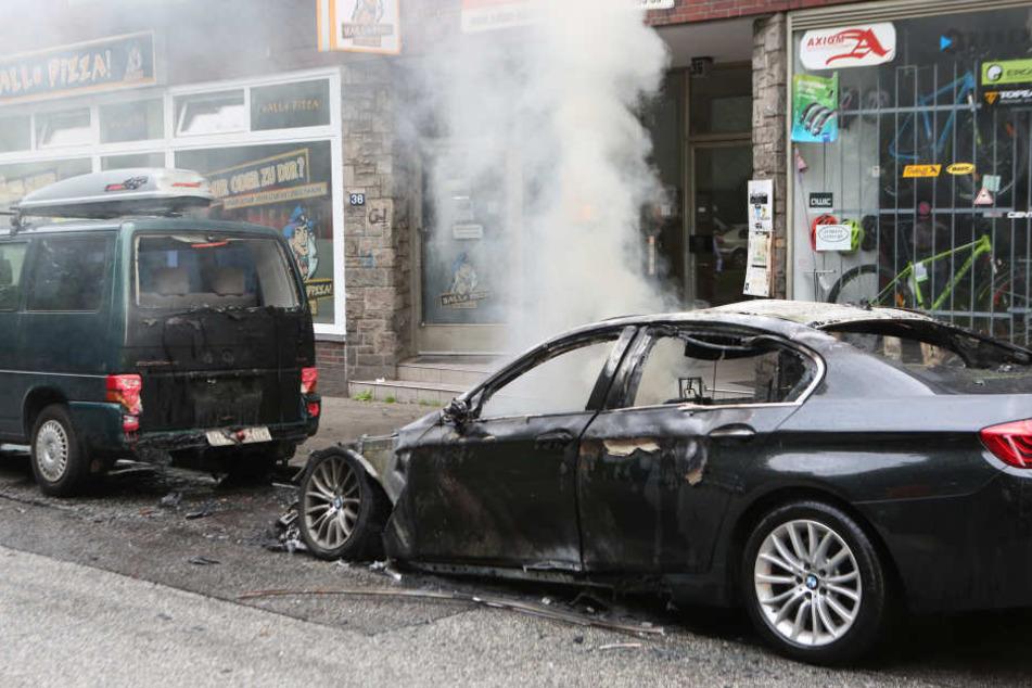 Erst brannten die Autos beim G20 in Hamburg (siehe Bild), jetzt stehen auch in Saarbrücken die Fahrzeuge in Flammen.