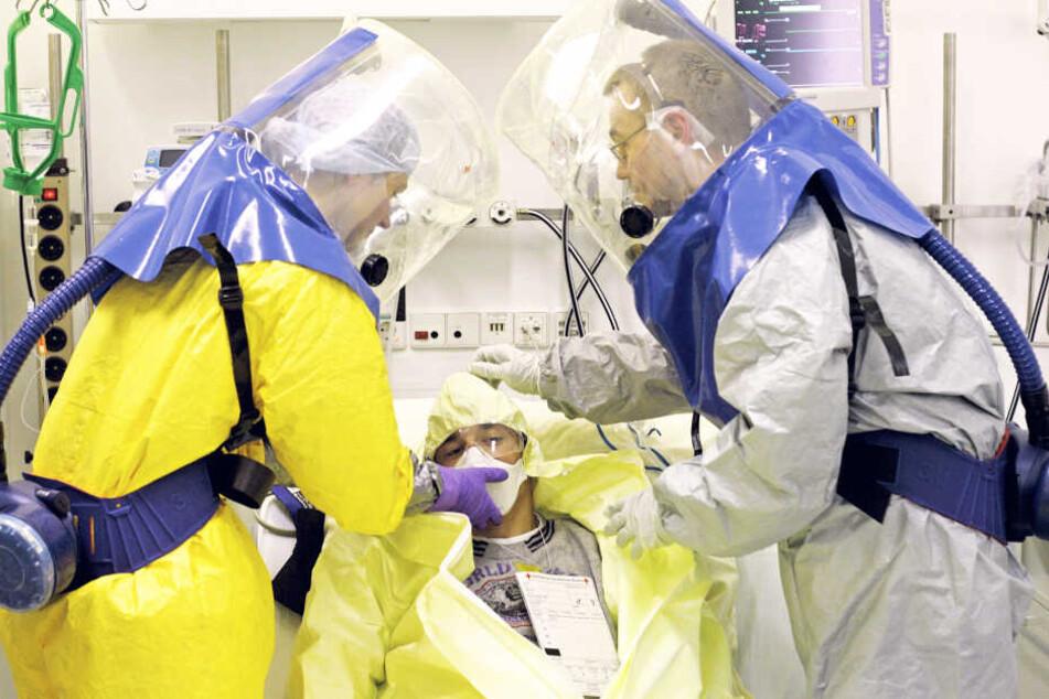 Ein Patient mit Verdacht einer tödlichen tropischen Viruserkrankung wird auf der Isolierstation im Klinikum St. Georg während einer Katastrophenübung behandelt. (Symbolbild)