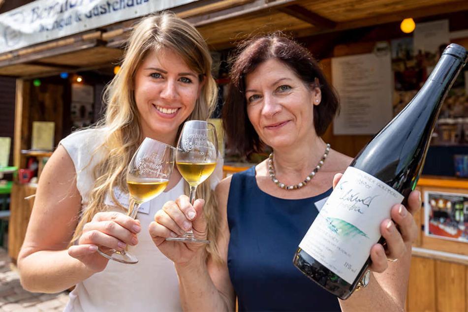 Anna Marie Räder (28) und Mutter Ulla Bernhard-Räder (59) bieten auf dem Chemnitzer Weindorf eine 30-jährige Silvaner Spätlese an.