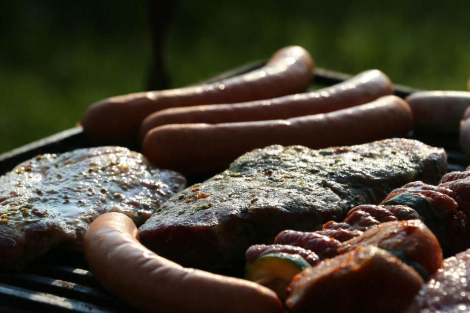 Die Forscher untersuchen die Abgase, die beim Grillen entstehen.