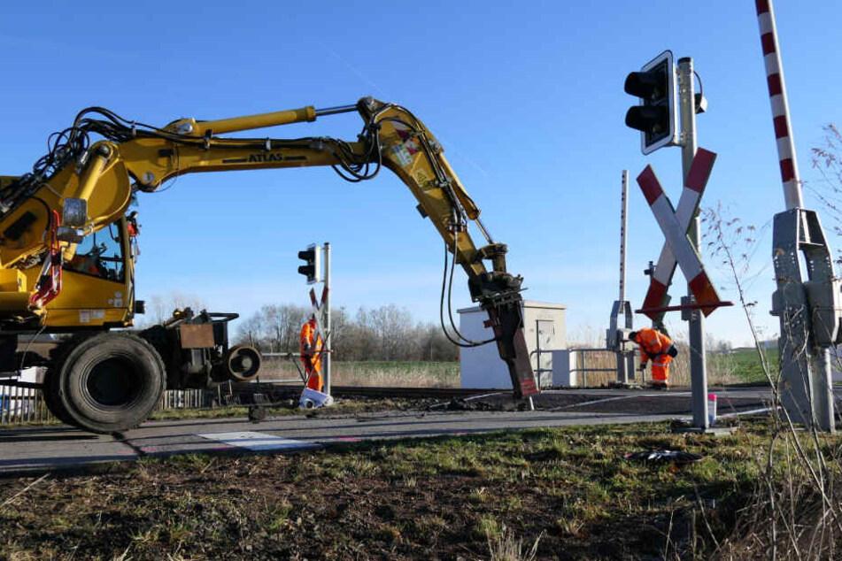 """Am Aschermittwoch rückten Bauarbeiter mit einem Bagger an und wagten sich nochmals an die Sanierung des Bahnübergangs """"Am Waldwinkel"""" in Waldbardau."""