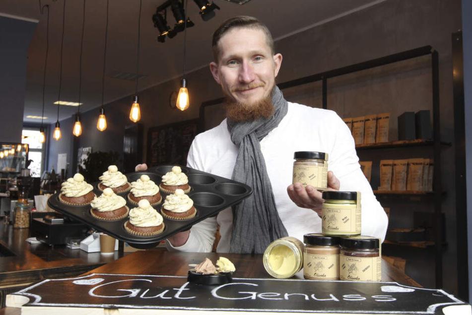 Cupcakes aus eigener Backmischung und seinen Olivoko-Brotaufstrich servierte Silvio Müller (33) in der neuen Kaffeerösterei.