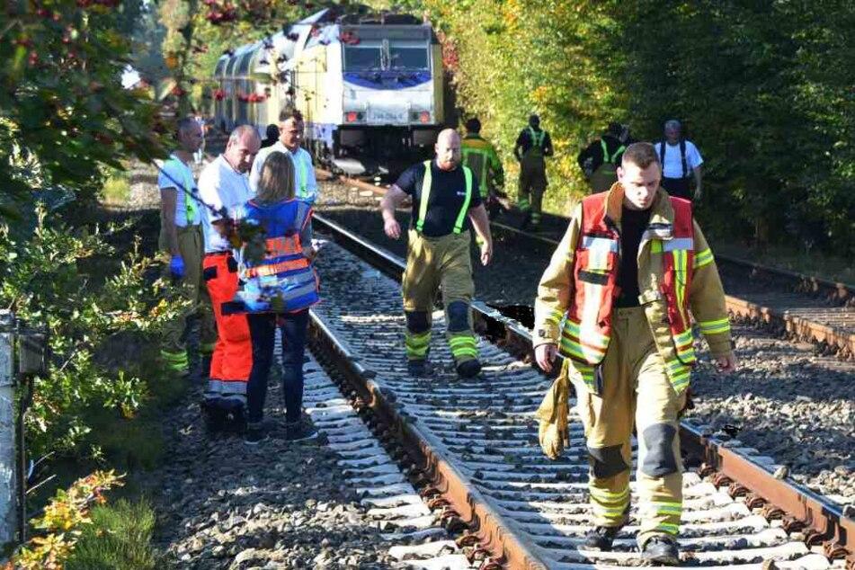 Wagen crasht mit Zug zusammen: Bahnstrecke stundenlang gesperrt