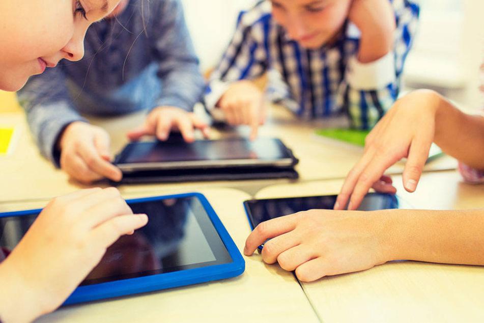 In der Grundschule sind Handys und Tablets mittlerweile keine Seltenheit mehr. (Symbolbild)
