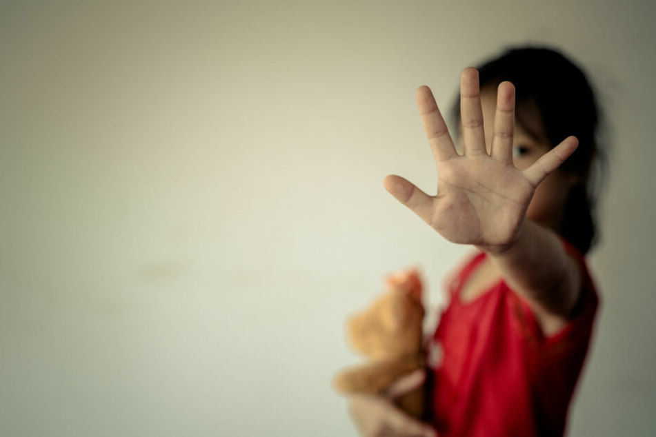 Das Mädchen war nur vier Jahre alt, als sich der Mann das erste Mal an ihr Vergriff. (Symbolbild)