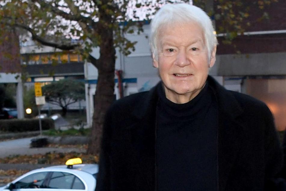 Der ehemalige Drogeriekettenbesitzer Anton Schlecker geht zum Landesgericht in Stuttgart. Heute sollen Ankläger und Verteidiger ihr Schlussplädoyers halten.