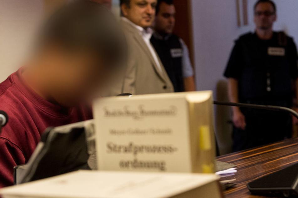 Der Angeklagte Hussein K. im Gerichtssaal. (Archivbild)