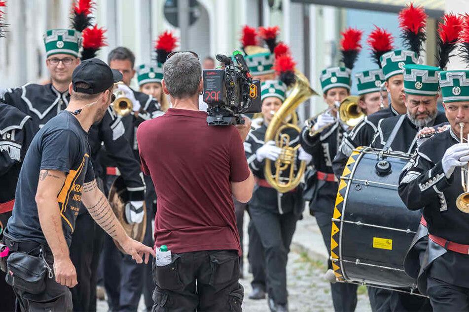 Hier dreht das ZDF-Filmteam eine Szene mit dem Bergmannsorchester Schneeberg.
