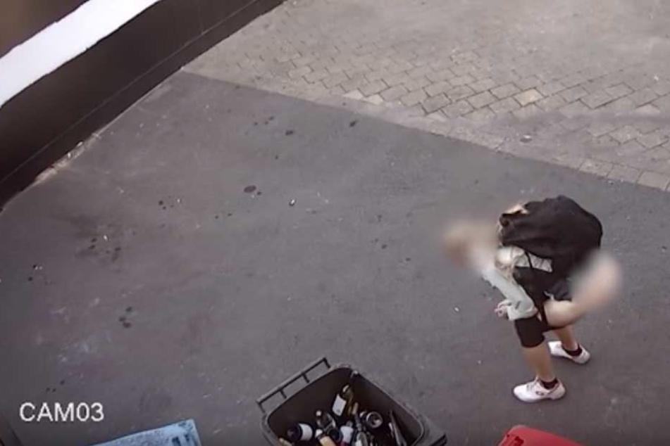 Eine Frau kann es nicht länger halten - und setzt ihren Haufen in den Hinterhof eines Weinladens in Sydney.